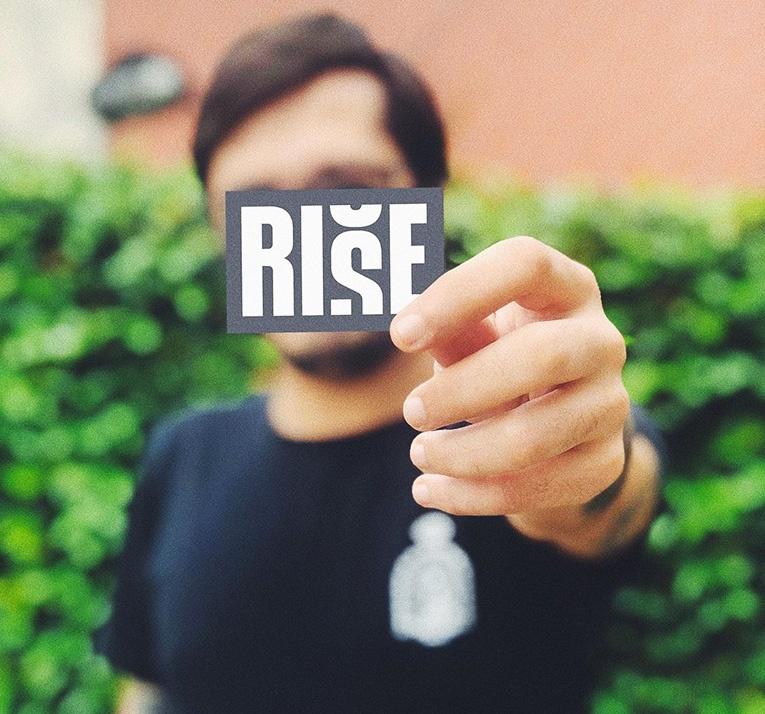 Homem com a logo da Rise